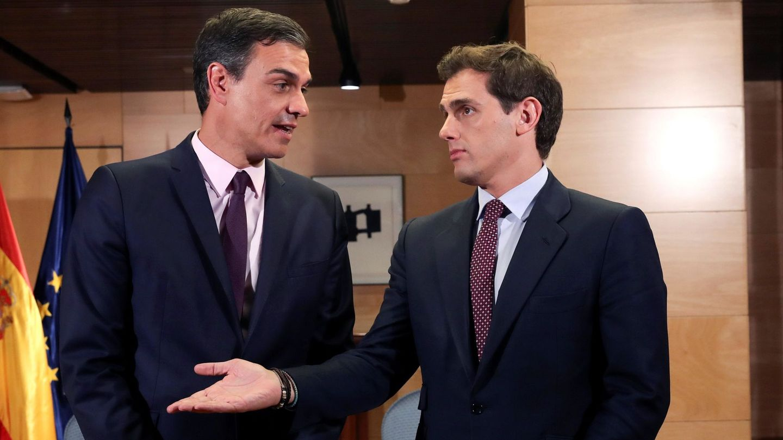 El presidente del Gobierno en funciones, Pedro Sánchez (i), se reúne con el líder de Cs, Albert Rivera. (EFE)