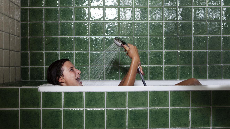 Foto: '¡Socorro! ¡Que me ahogo!'. Mira, chica, deja de llenar la bañera, cierra la boca y lee esto. (Corbis)