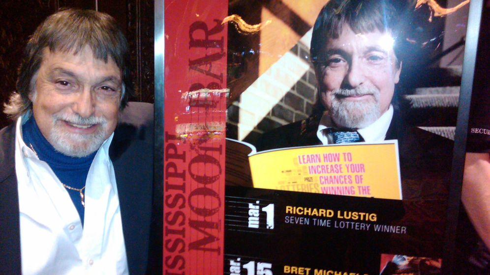 Foto: Richard Lustig posa junto a un cartel que anuncia su libro (winninglotterymethod.com)