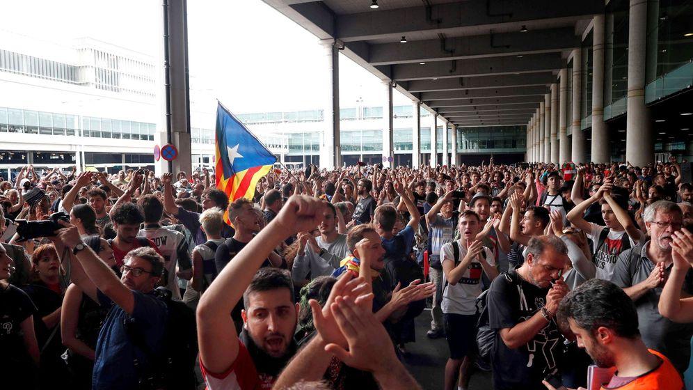 Foto: Activistas independentistas intentan paralizar el Aeropuerto del Prat. (EFE)