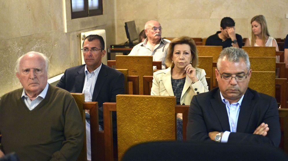 Foto: Román Sanahuja (izq), durante el juicio del caso Can Domenge por la presunta venta fraudulenta de dicho solar. (EFE)