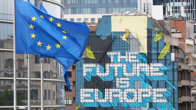Banderas europeas frente a un mural en la capital comunitaria. (Reuters)
