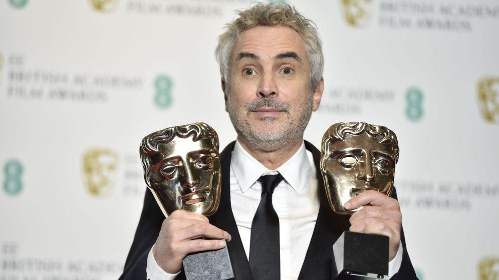 Foto: Alfonso Cuarón posa con los premios Bafta logrados por 'Roma'. (EFE)