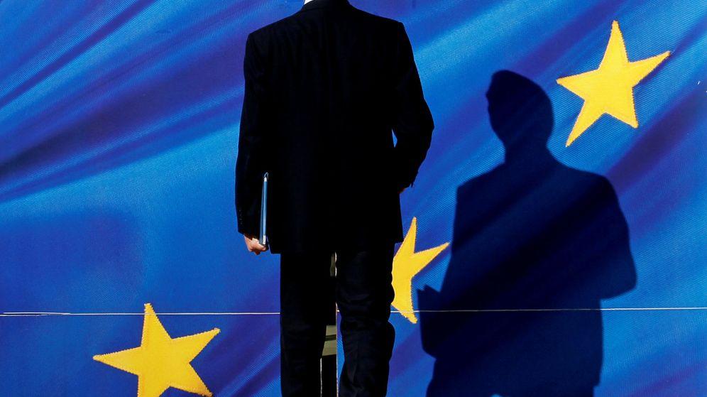Foto: Una persona entra por una de las puertas del Berlaymont. (Reuters)