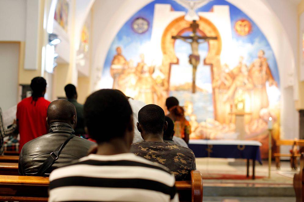 Foto: Migrantes subsaharianos cristianos rezan en una iglesia de Rabat, Marruecos. (Reuters)