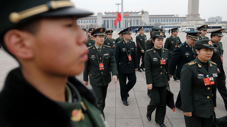 Delegados militares llegan al Gran Salón del Pueblo durante la tercera sesión plenaria del Congreso Nacional del PCCh, el pasado 11 de marzo de 2018. (Reuters)