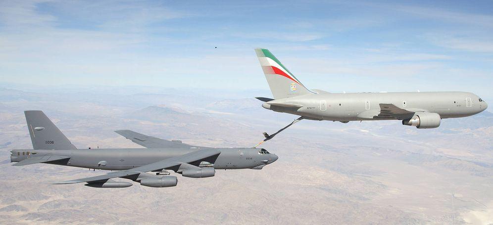 Foto: Un Boeing 767 italiano (del que deriva el KC-46) proporciona combustible en pleno vuelo a un Edwards B-52 sobre el desierto de Mojave, en California
