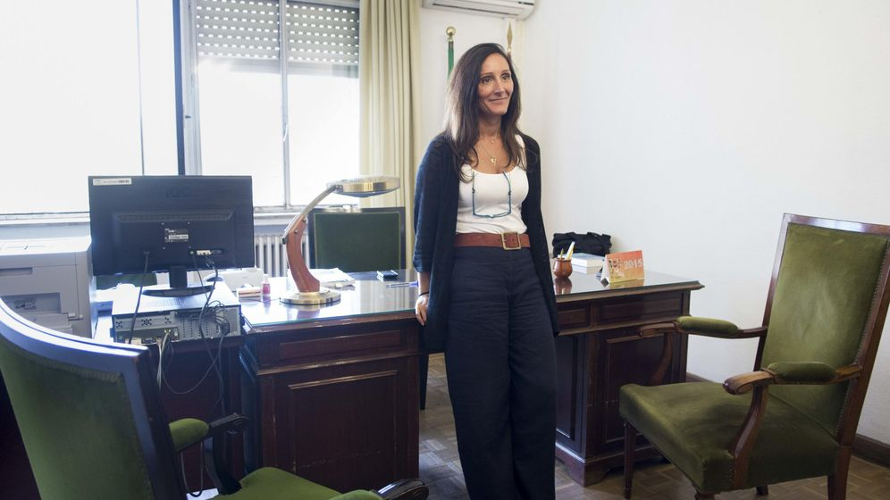Foto: María Ángeles Núñez Bolaños, en su despacho en el juzgado de instrucción 6 de Sevilla. (EFE)