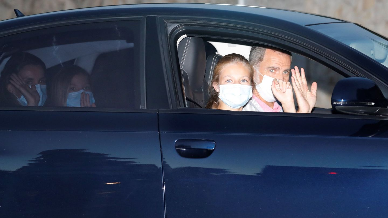 Los Reyes y sus hijas, a su llegada a Marivent. (EFE)