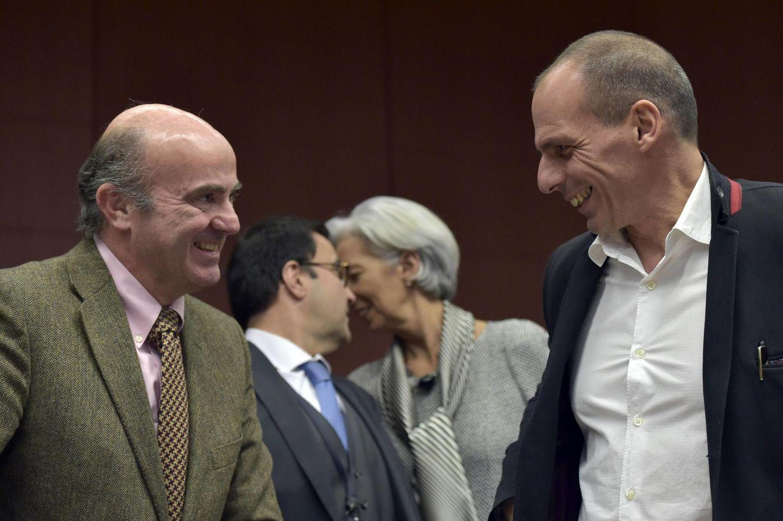 Foto: El ministro Luis de Guindos habla con su homólogo griego, Yanis Varufakis, durante una sesión del Eurogrupo (Reuters).