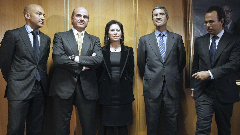 Foto: El ministro de Economía y Competitividad, Luis de Guindos, junto con Rosa María Sánchez-Yebra y el hasta ahora subsecretario de Economía y Competitividad, Miguel Temboury. (EFE)