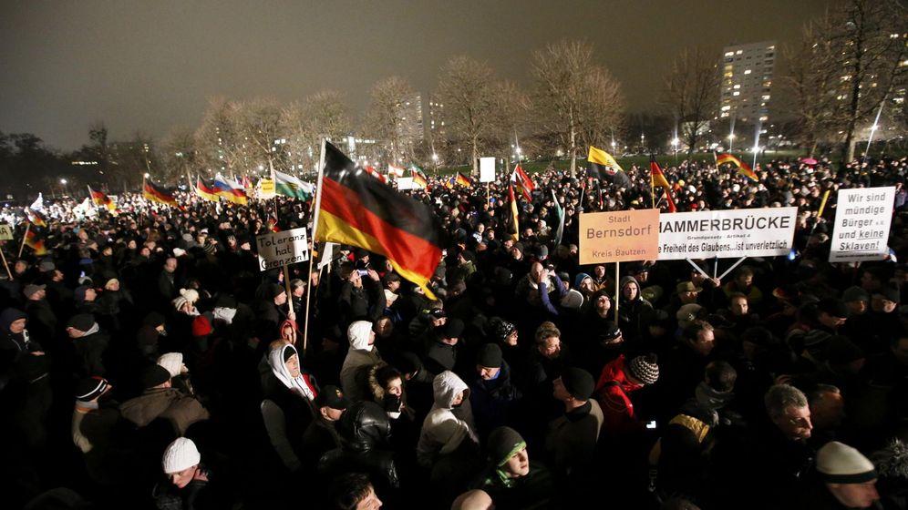 Foto: Alemanes participan en una manifestación convocada por PEGIDA (Patriotas europeos contra la islamización de Occidente) en Dresde el 5 de enero (Reuters).