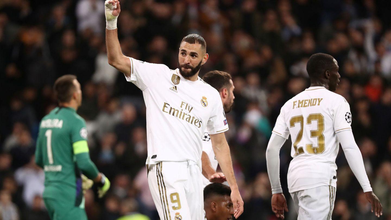 Benzema saluda al público del Bernabéu. (EFE)