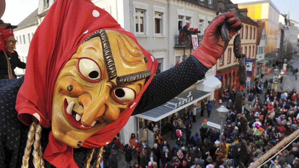 Foto: Una bruja lanzando salchichas a la multitud (EFE/Rolf Haid)