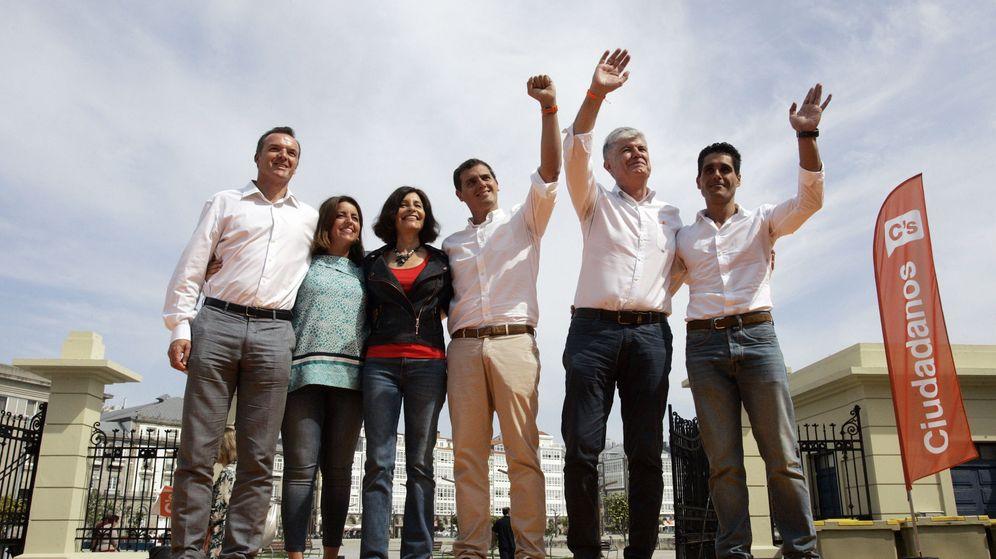 Foto: El presidente de Ciudadanos, Albert Rivera (3d), acompaña en un acto de precampaña a la candidata a la presidencia de la Xunta, Cristina Losada (3i). (EFE)