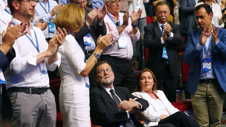 Varios políticos del PP aplauden a Mariano Rajoy y a Elvira Fernández en el Congreso Nacional del partido. (EFE)