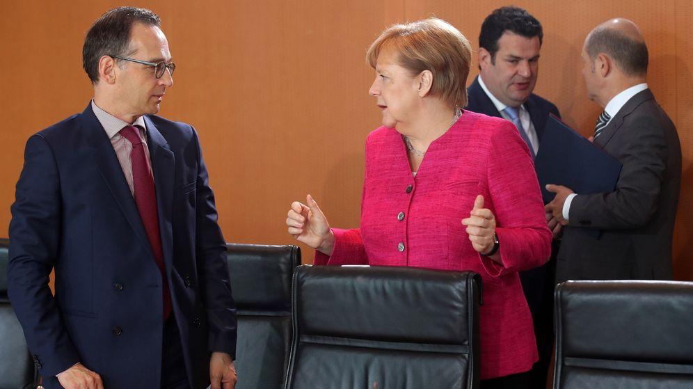 Foto:  Merkel conversa con el ministro alemán de Exteriores, Heiko Maas, durante un Consejo de Ministros germano. (Reuters)