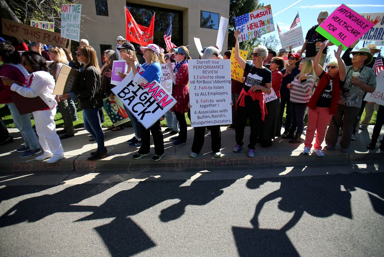 Foto: Manifestantes protestan por la nueva ley de Sanidad del Gobierno de Trump en Vista, California (Reuters).