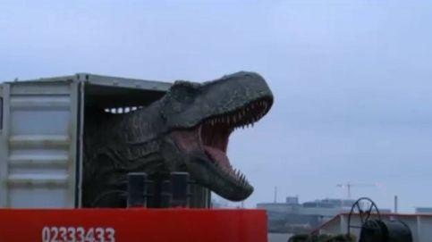 Un T-Rex es transportado por el río Támesis con destino a 'Jurassic World'