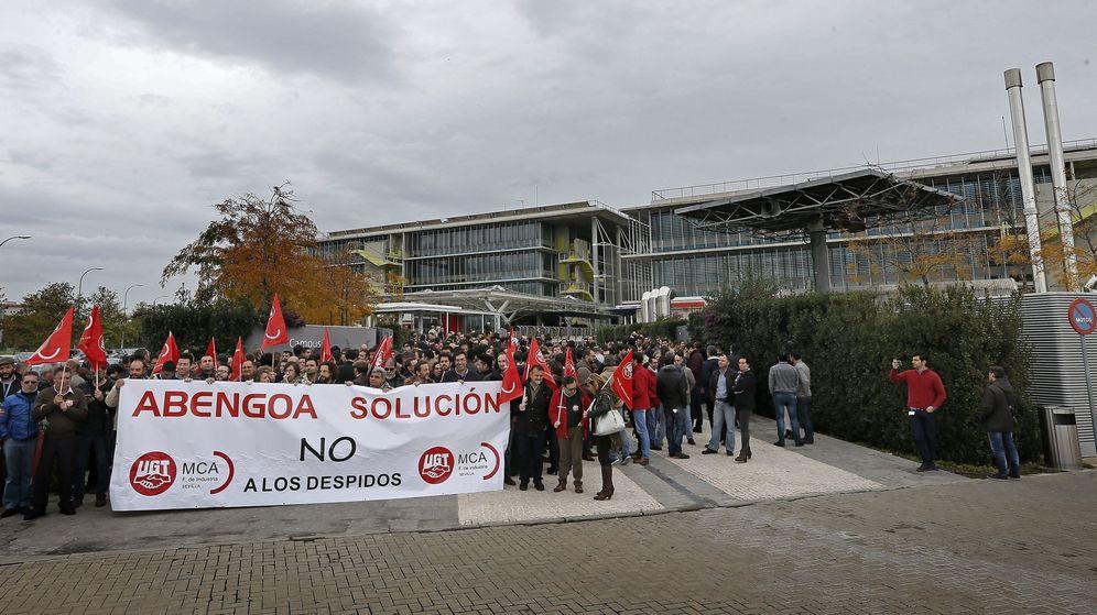 Foto:  Trabajadores de Abengoa concentrados en la puerta de la sede en Sevilla. (EFE)