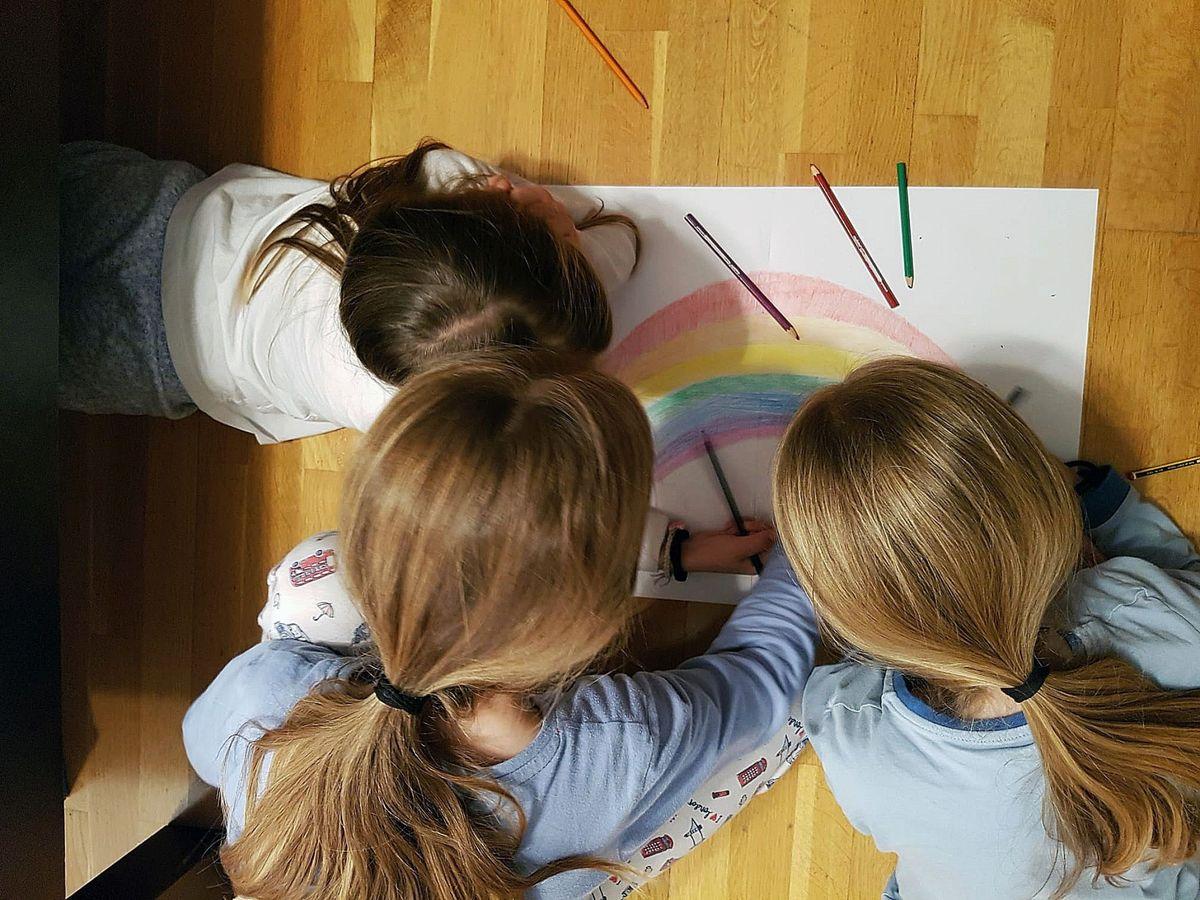 Foto: Tres niñas dibujando. (EFE)