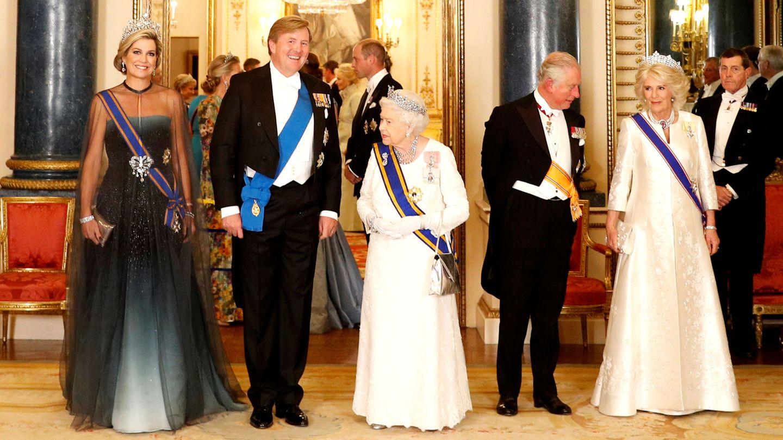 Los reyes de Holanda junto a Isabel II y sus herederos. (Reuters)