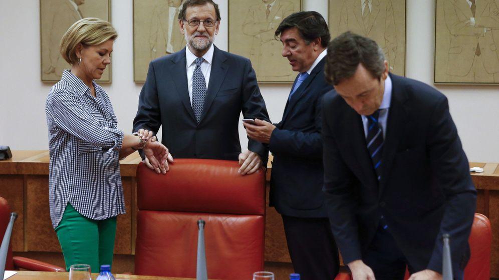 Foto: El jefe del Gobierno en funciones, Mariano Rajoy (2-i), junto a los diputados María Dolores de Cospedal y José Antonio Bermúdez de Castro (2-d), y el portavoz del grupo parlamentario, Rafael Hernando. (EFE)