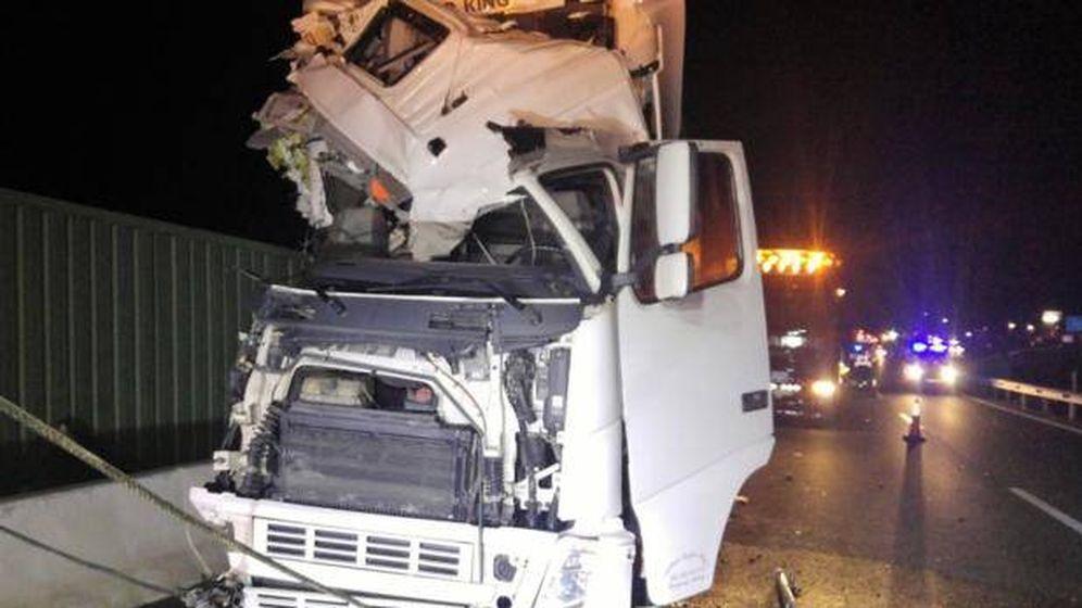 Foto: Imagen del camión tras el accidente. (112 Región Murcia)