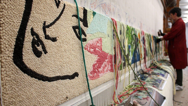 Detalle de elaboración de una alfombra con el diseño de Manolo Valdés.