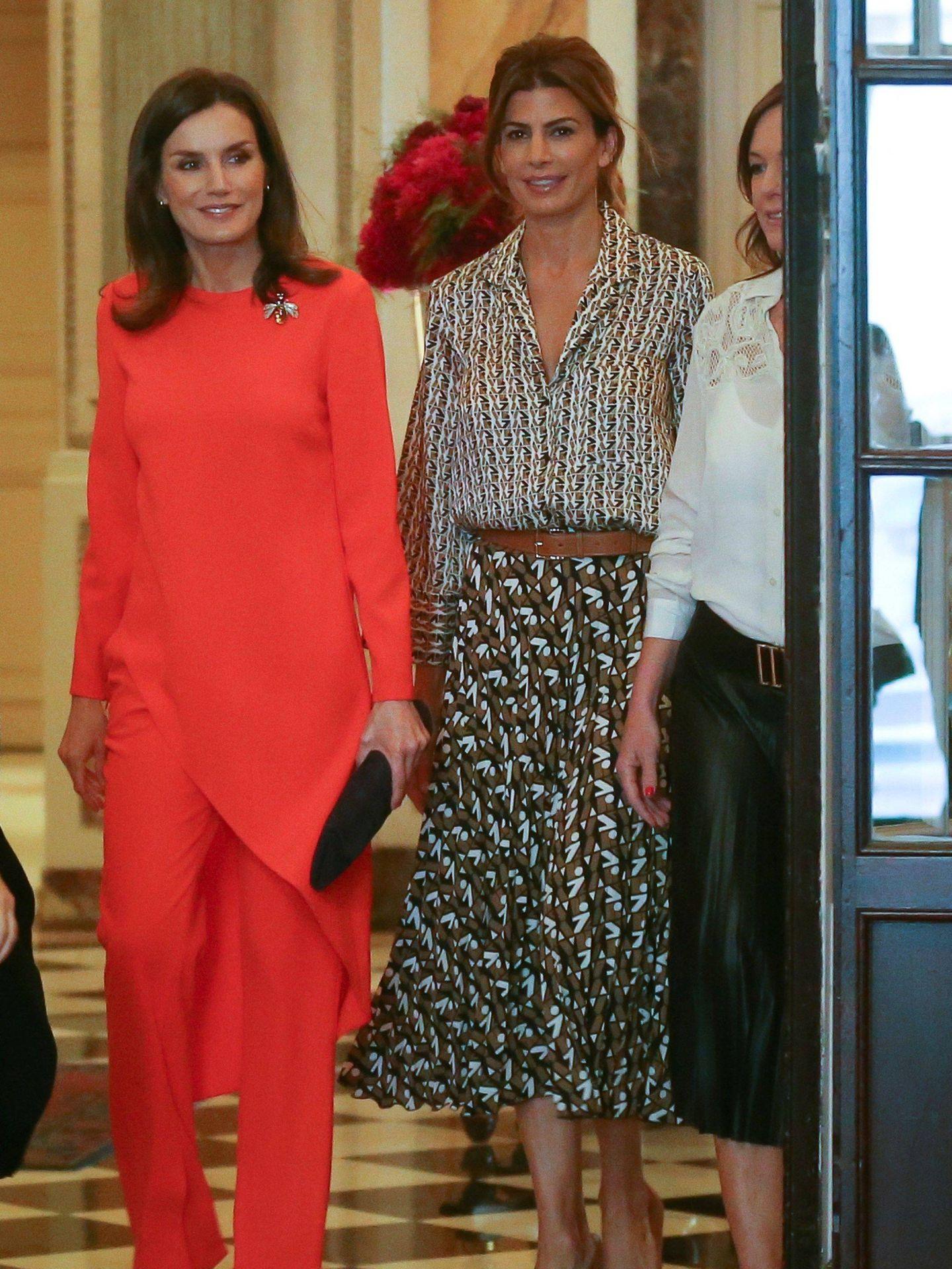 La reina Letizia, con el conjunto asimétrico en Argentina. (EFE)