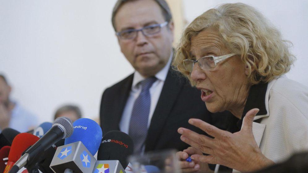 Foto: La alcaldesa de la capital, Manuela Carmena, junto al portavoz del PSOE, Antonio Miguel Carmona. (Efe)