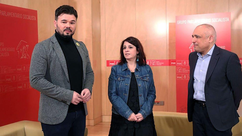 Adriana Lastra y Rafael Simancas con Gabriel Rufián, este 17 de diciembre en el Congreso. (EFE)