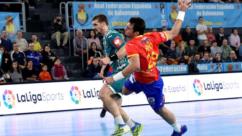 Foto: Aitor Ariño finaliza un contraataque de España en un partido de preparación para el Mundial de Balonmano. (EFE)