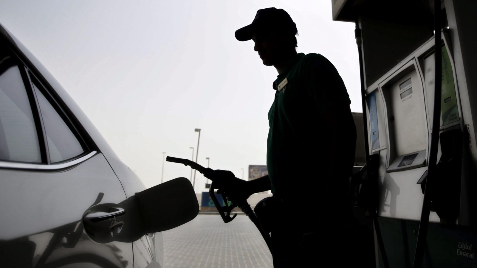 Foto: Un hombre echa gasolina a su coche (EFE)