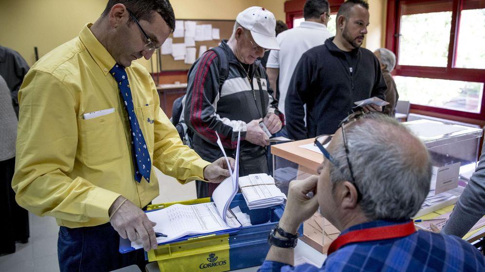 Foto: Un funcionario de correos entrega votos por correspondencia. (EFE)
