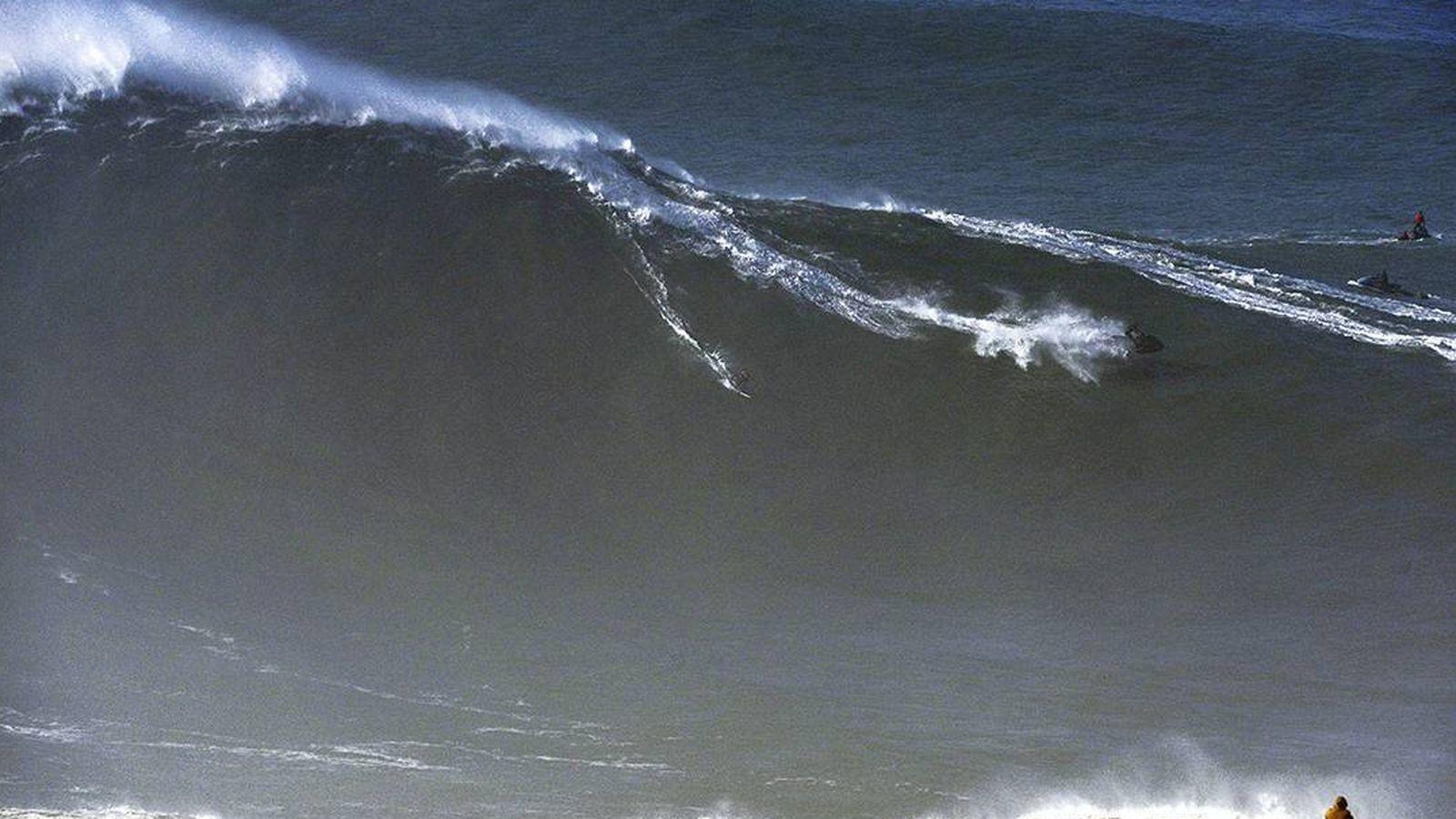 Foto: Axi Muniain, sobre la ola 'XXXL' del pasado 18 de enero. (Foto: Rafa Riancho)