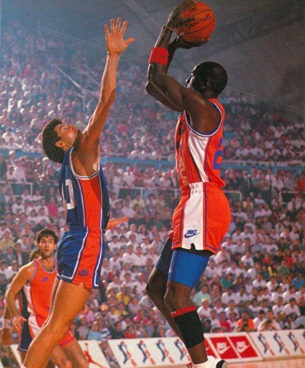 Foto: Jordi Villacampa intenta taponar a Michael Jordan en el partido de presentación de la ACB en 1990. (ACB Photo)