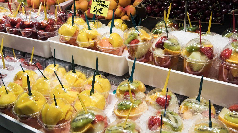 Foto: Packs de fruta cortada para llevar en un mercado de Barcelona. (iStock)