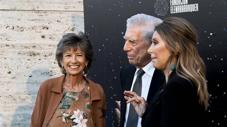 Elena Barraquer, Mario Vargas Llosa y Purificación García, el martes en Barcelona.