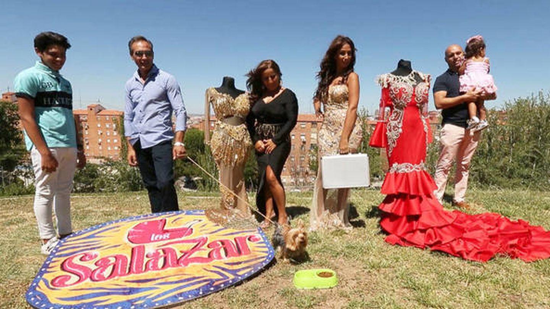 Noemí junto a su familia en una imagen promocional de 'Gipsy Kings'. (Mediaset)
