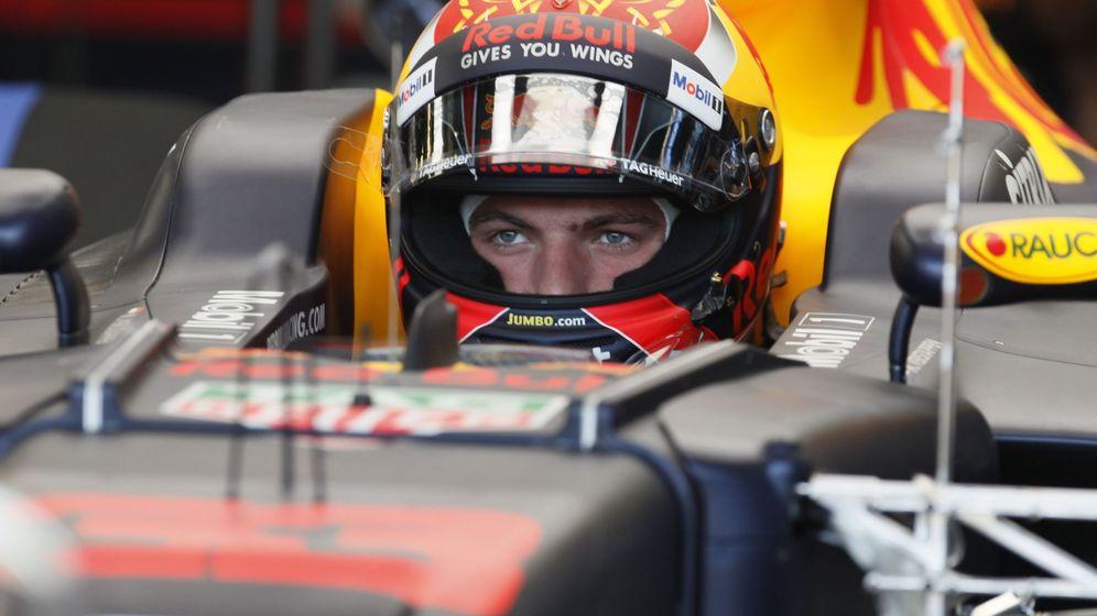 Foto: Verstappen, con gesto serio dentro del box de Red Bull. (EFE)