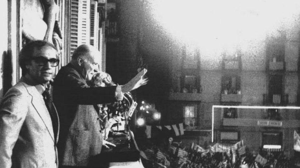 Foto: Josep Tarradellas en el balcón del Palau de la Generalitat.