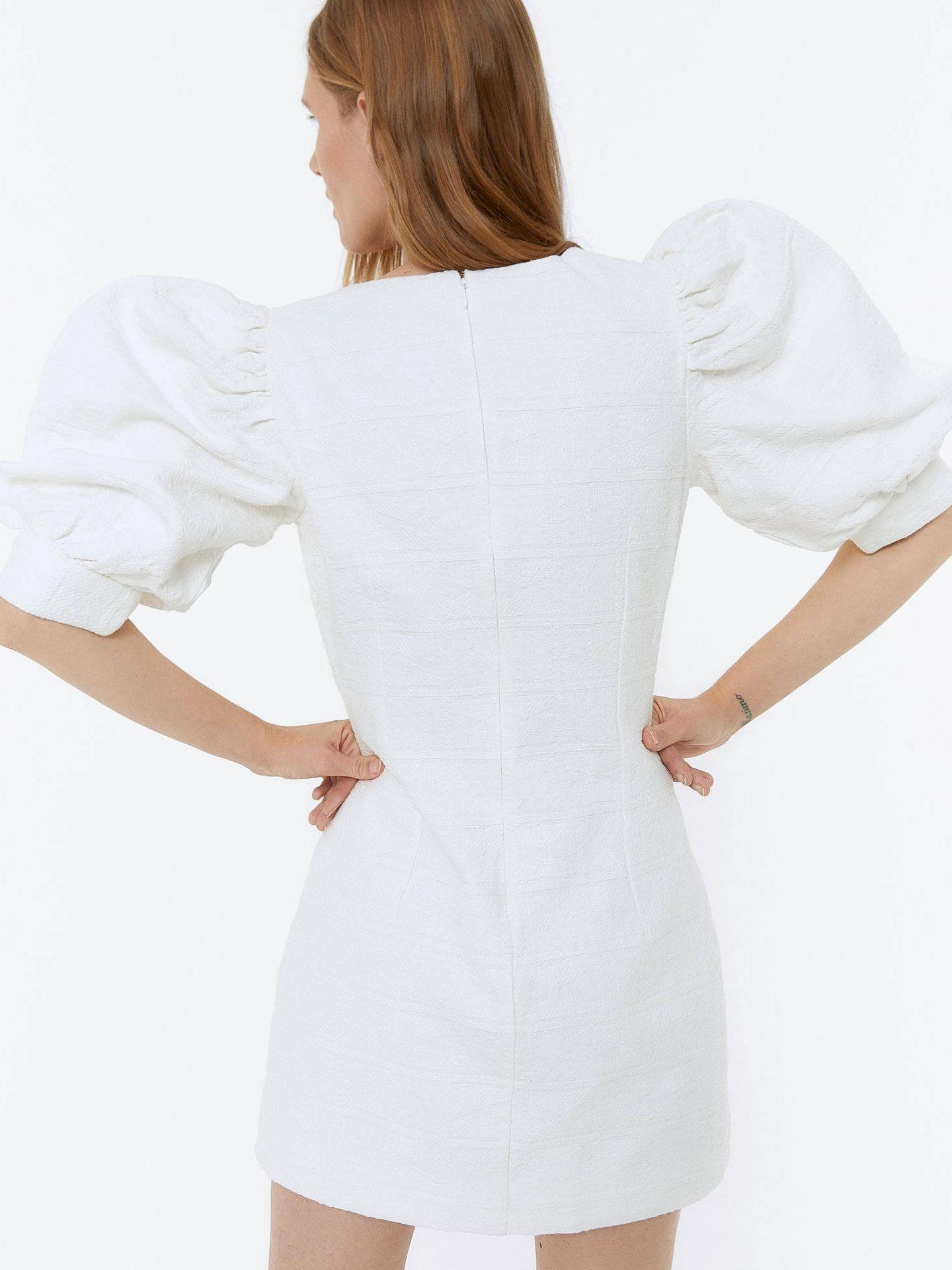 Vestido de Uterqüe para novias de verano. (Cortesía)