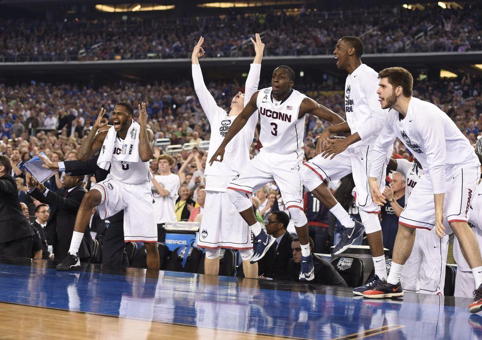 Foto: Los jugadores de los Huskies de Connecticut saltan en el banquillo durante la última final de la NCAA. (REUTERS)