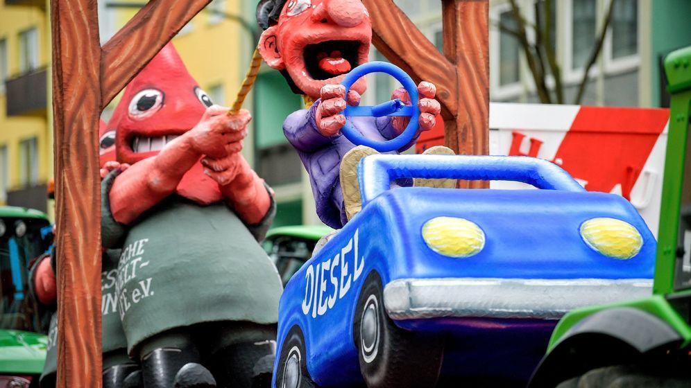Foto: Carroza de un coche diésel en el desfile anual del Lunes de la rosa en Düsseldorf, Alemania. (EFE)