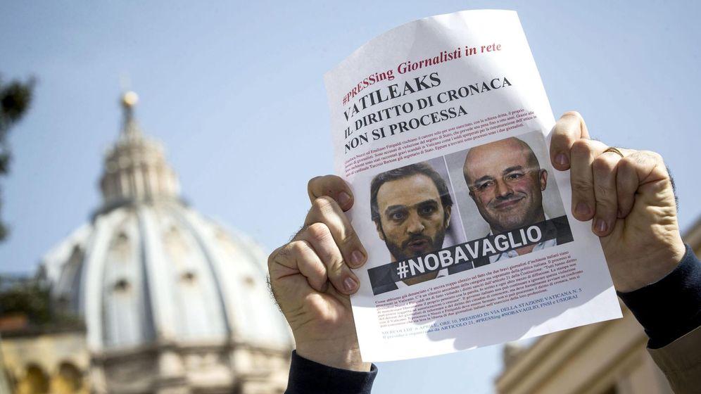 Foto: Protesta contra el procesamiento a los periodistas Gianluigi Nuzzi y Emiliano Fittipaldo por haber publicado las filtraciones del Vatileaks. (EFE)