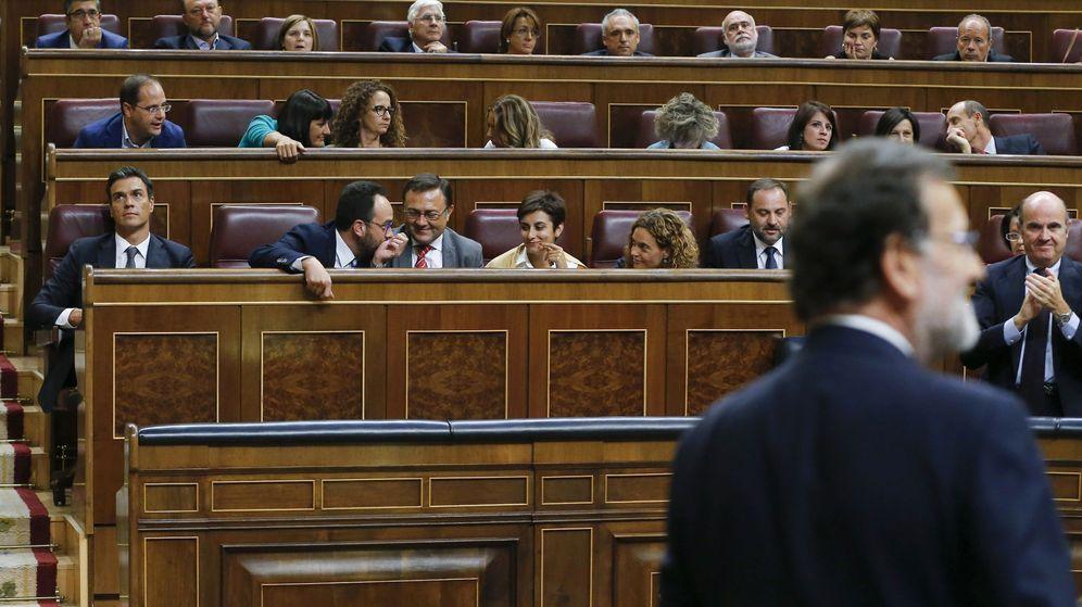 Foto: El líder del PSOE, Pedro Sánchez (i), al término de la votación de investidura del candidato a la presidencia del PP, Mariano Rajoy. (EFE)