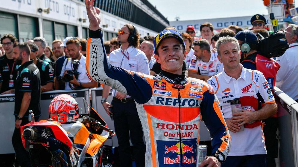 Foto: Marc Márquez, en el recinto cerrado celebrando el triunfo con su equipo. (EFE)