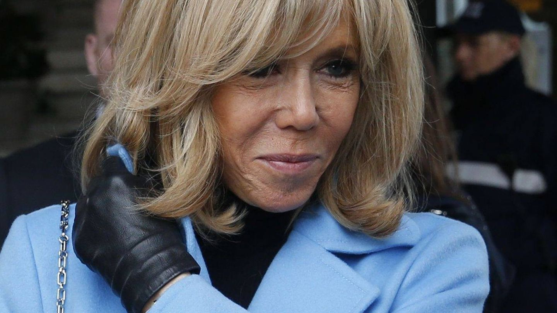 Brigitte Macron se atusa su característica (y con truco) melena. (Cordon Press)