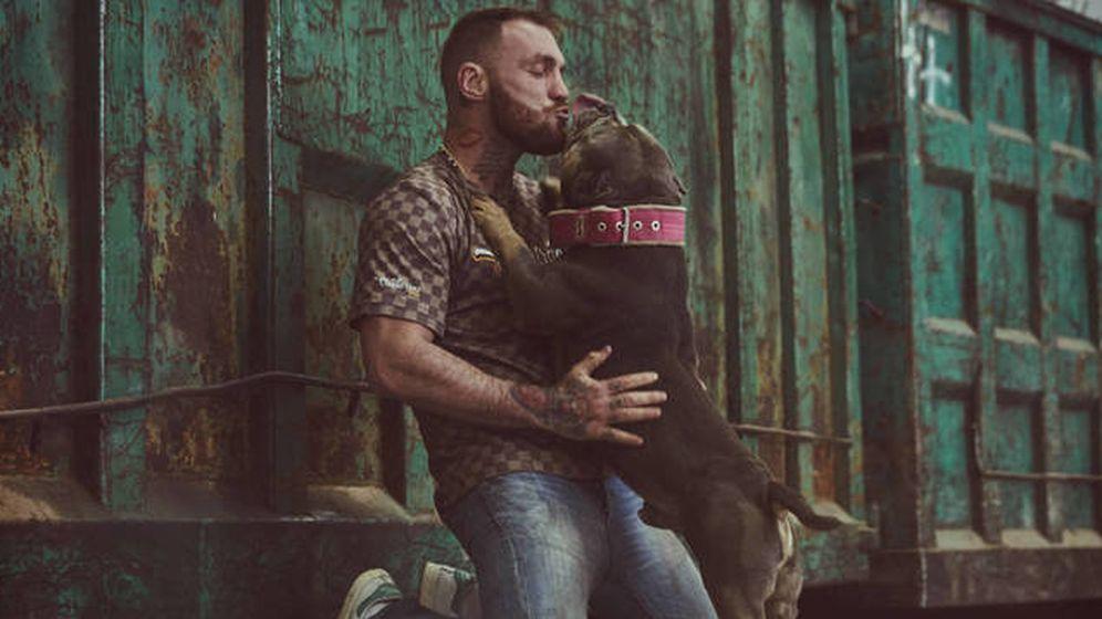 Foto: Javier García Roche con un perro en 'A cara de perro'. (Mediaset España).